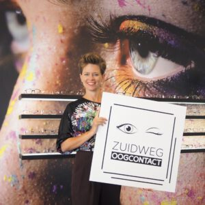 Eigenaresse Diana Zuidweg op de foto met haar eigen ontworpen logo van Zuidweg Oogcontact.