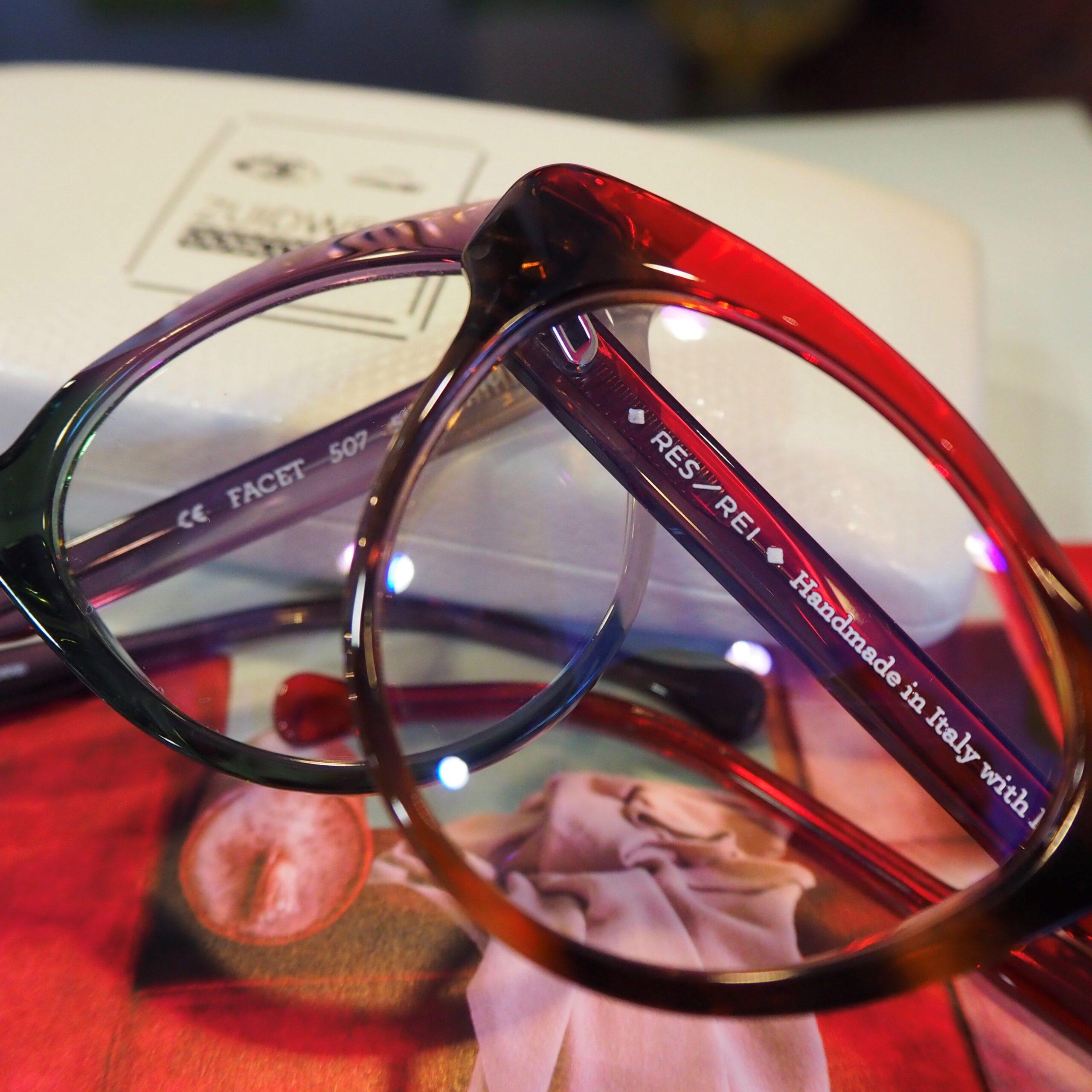 Foto van gekleurde kunststof damesbrillen
